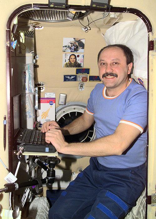 Yury Usachev en su camarote del módulo Zvezdá