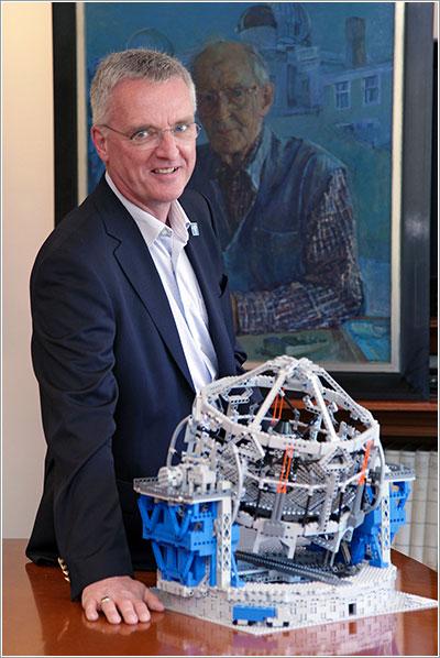 El director del ESO con el modelo original