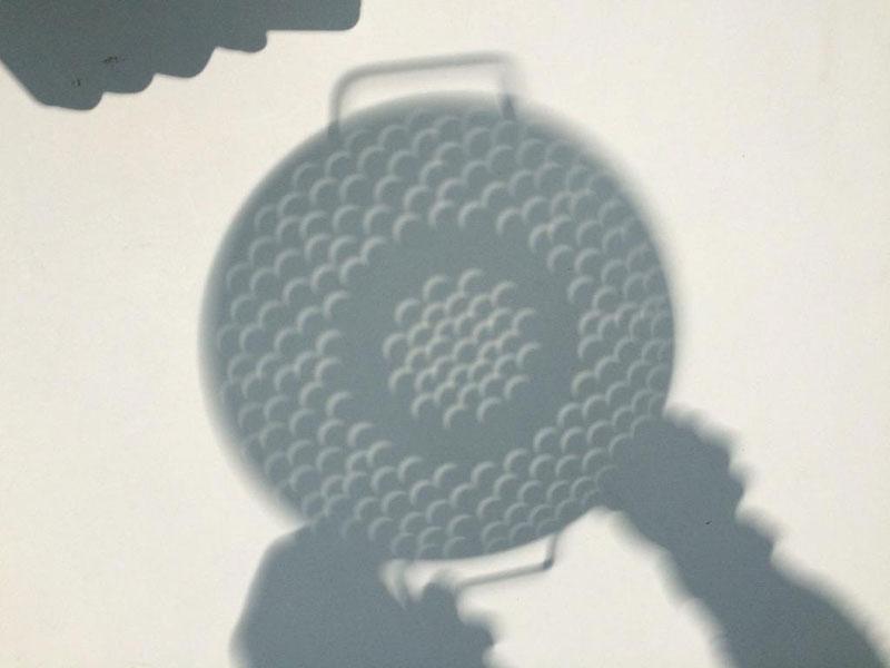 El eclipse visto a través de un colador