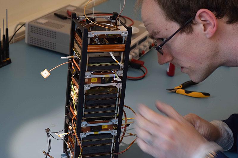 GomX-3 durante su construcción