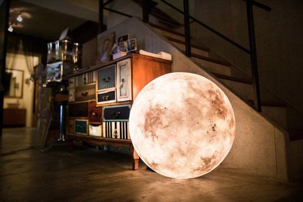Luna como lámpara de suelo