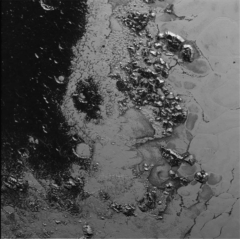 Más montañas en Plutón