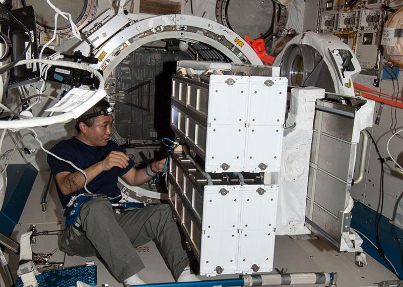 Koichi Wakata preparando el NCRSD para un lanzamiento