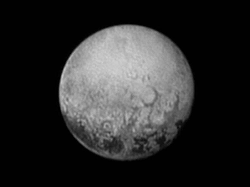 Las manchas oscuras de Plutón