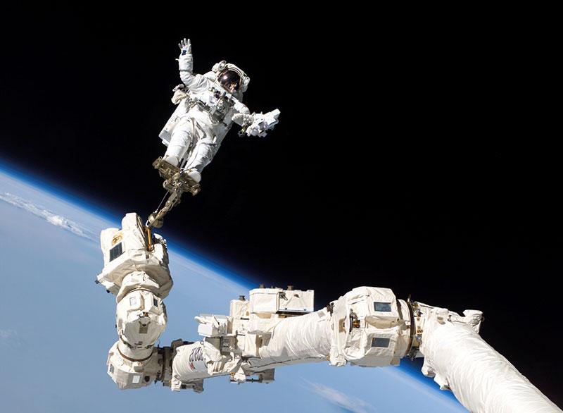 Steve Robinson sujeto por el brazo robot del Discovery