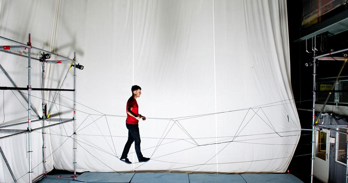 Un puente de cuerda construido con cuadricópteros