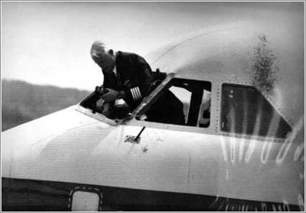 La extraña historia del piloto que sobrevivió colgado fuera de la cabina