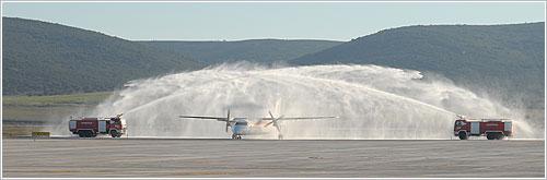 Bautizo del primer avión en llegar al aeropuerto