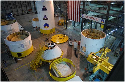 Ensamblado del Ares I-X - NASA/Jack Pfaller