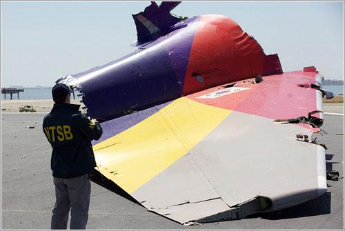 Un investigador de la NTSB documentando el accidente