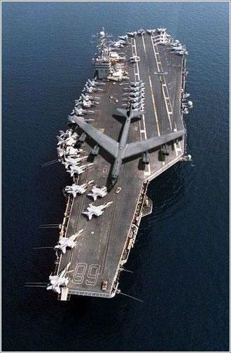 Un B-52 en la cubierta del Nimitz