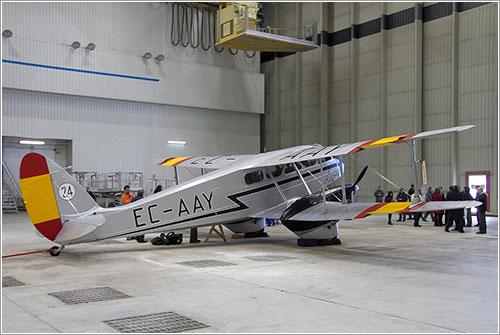 El Dragon Rapide en el hangar de pintura