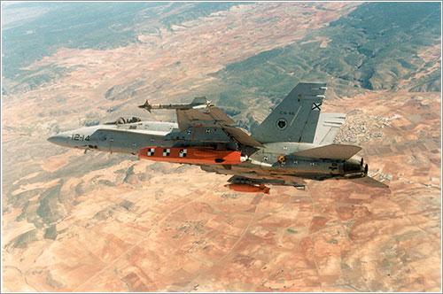 EF18 portando un Taurus
