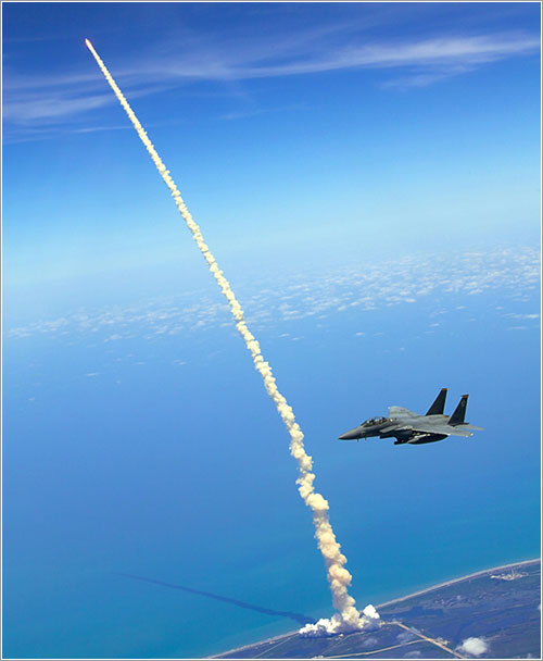 F15 y Atlantis - U.S. Air Force photo/Capt. John Peltier