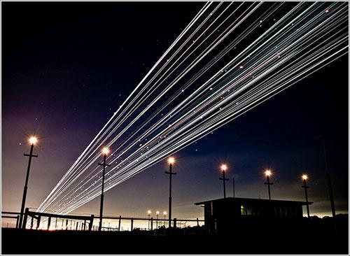 Trazas nocturnas de luces de aviones