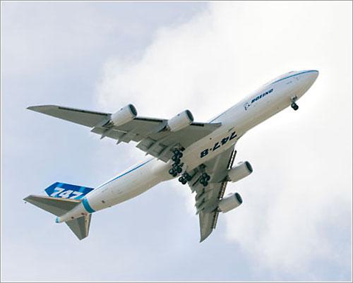 Primer prototipo del 747-8F despegando
