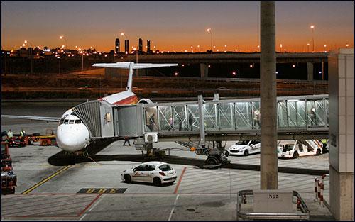 El EC-FPJ desembarcando a sus últimos pasajeros