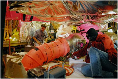 Técnicos de la NASA cambiando las válvulas - NASA/Chris Rhodes