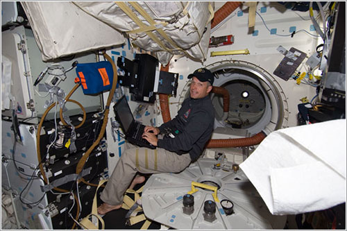 Steve Swanson trabajando - NASA