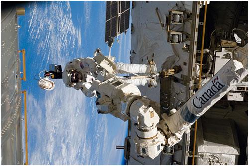 Steve Arnold trabajando en el Canadarm 2 - NASA