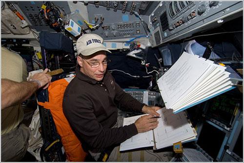 Lee Archambault trabajando - NASA