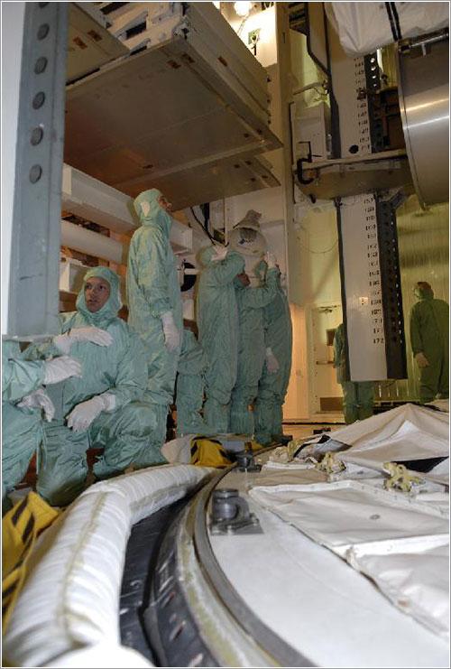 La tripulación inspeccionando la bodega de carga - NASA/Kim Shiflett