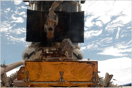 Feustel y Grunsfeld trabajando - NASA