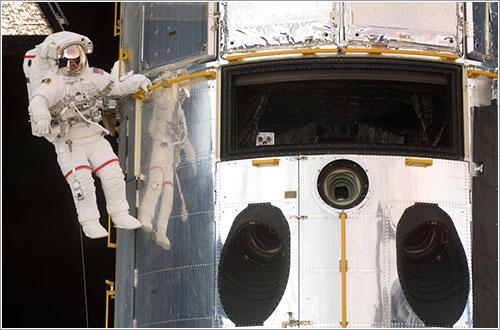 John Grunsfeld durante el primer paseo espacial de la misión - NASA
