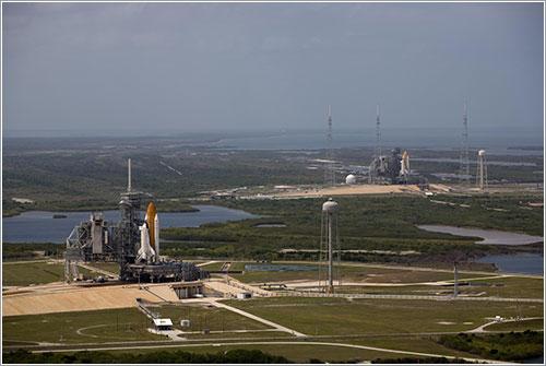 Endeavour y Atlantis en sus plataformas de lanzamiento - NASA