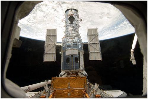 El Hubble en la bodega de carga del Atlantis - NASA