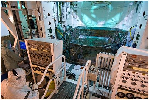 Instalación de la carga en el Atlantis - NASA/Jack Pfaller