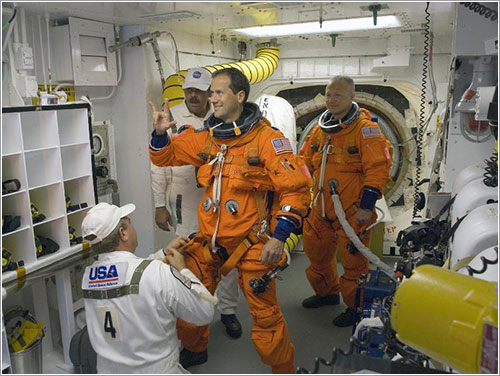 Poniéndose los trajes - NASA/ Sandra Joseph, Kevin O'Connell