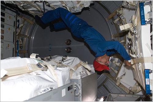 Rick Sturckow trabajando en el interior de Leonardo - NASA