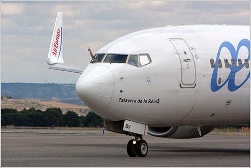 Primer oficial de Air Europa saludando