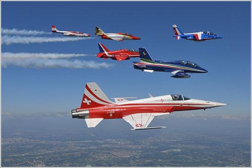 Seis patrullas acrobáticas volando juntas