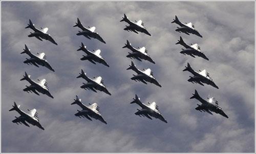 Los últimos 16 Harrier en formación - MoD