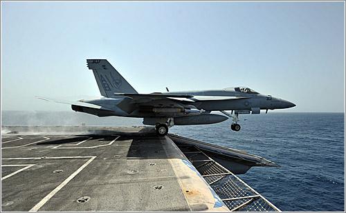 F18 despegando / Jared M. King, US Navy
