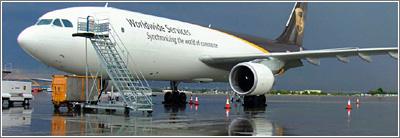 Los conos ayudan a que el conductor de un vehículo vea donde está un avión