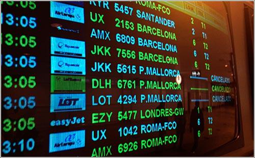 Panel de vuelos en el aeropuerto de Barajas (CC)-by Alvy