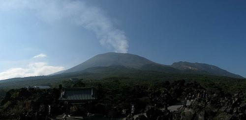 Volcán del Monte Asama en erupción