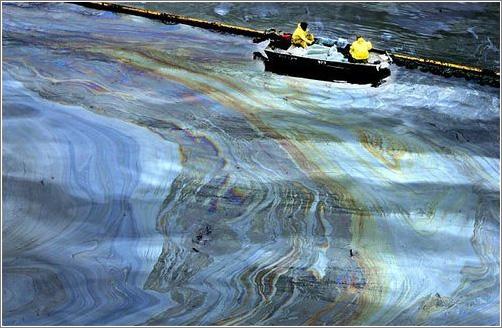 Limpieza de agua contaminada por hidrocarburos. Fuente: Madridmasd
