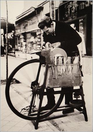 Afilador, Barrio de Salamanca, Madrid (1964) / Cortesía de Ángel Rojo Gutiérrez