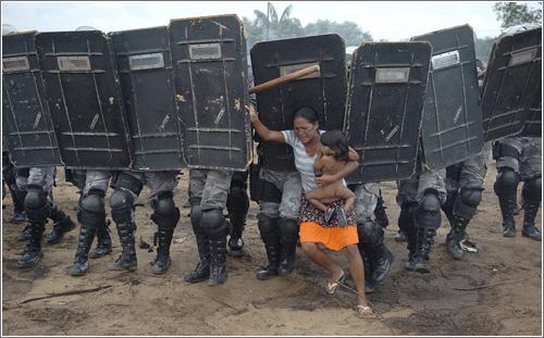 Mujer indígena con niño