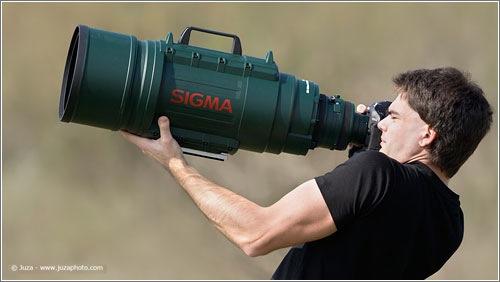 Juza Photographer sostiene a pulso un Sigma 200-500 f/2.8