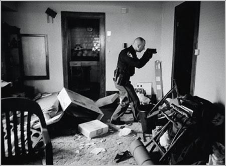 Tras una orden de deshaucio, el detective Robert Koel debe asegurarse de que los residentes de esta casa de Cleveland la han abandonado © Anthony Suau / ganador World Press Photo 2008