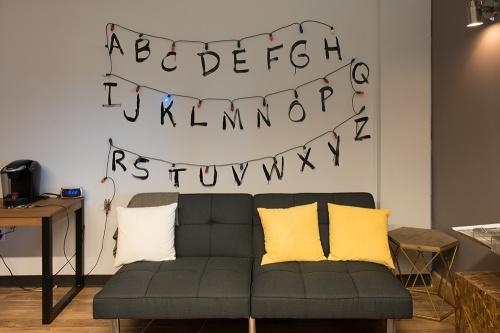 c mo construir la pared del alfabeto de stranger things On pared stranger things