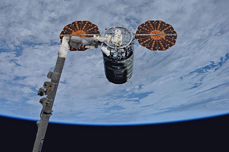 La Cygnus 8 capturada por el brazo robot de la EEI