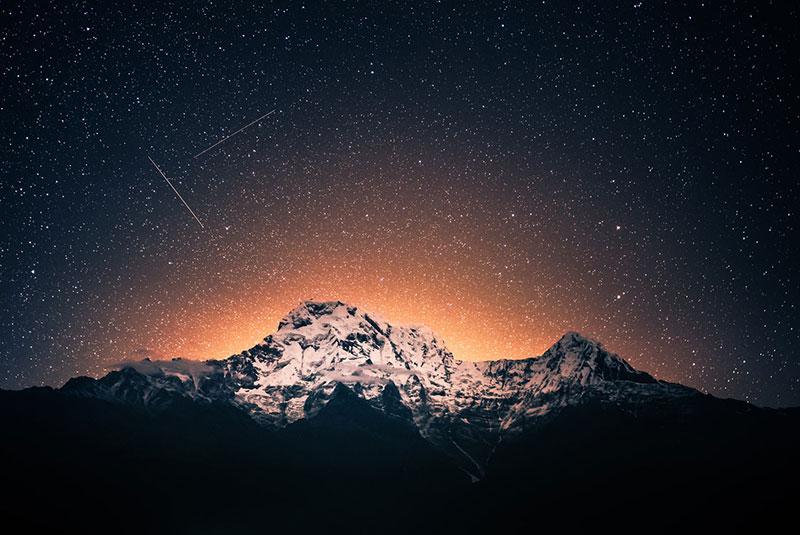 Estrellas fugaces sobre el monte Annapurna