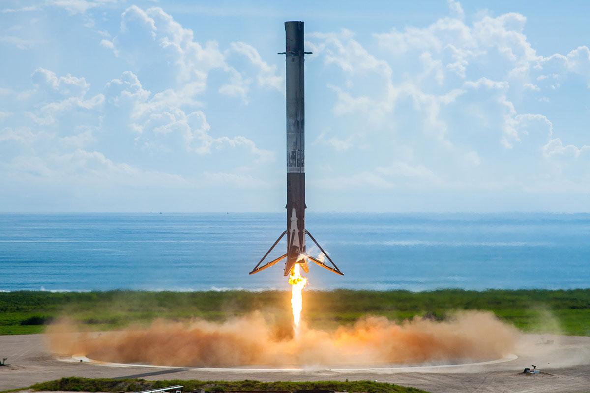 Primera etapa de un Falcon 9 aterrizando