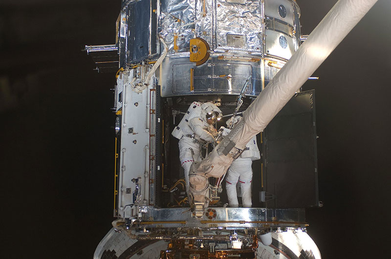 Michael Good y Mike Massimino reparando el Hubble